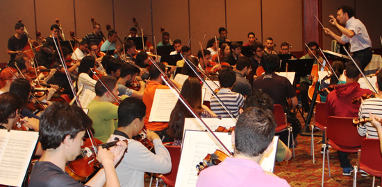 Carlos Andrés Botero leading the Colombian Youth Philharmonic in rehearsal.